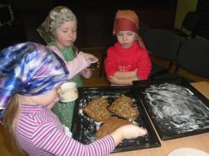 Bērni cep piparkūkas senioriem